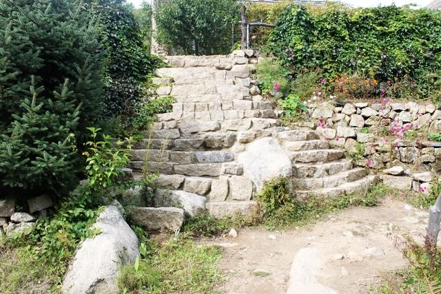 石头台阶上去的地方就是住宿的地方