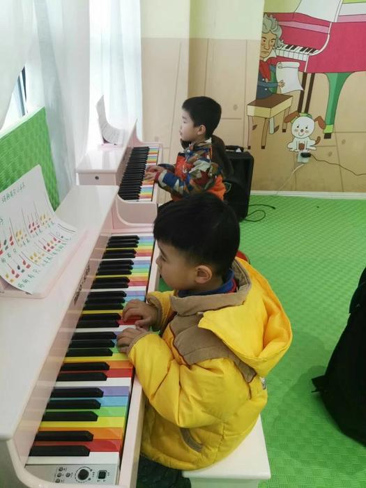 帅哥弹彩色钢琴.jpg