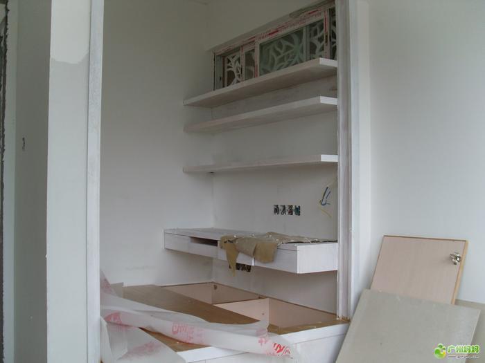 第三张:小书房书桌上方的层板书架.   第四张:做了油漆的层板书架