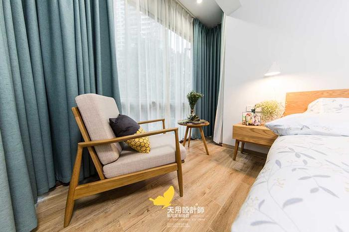 裸顶白墙木地板,灰蓝色的窗帘带来色彩的跳跃,非常简约的主卧,营造了