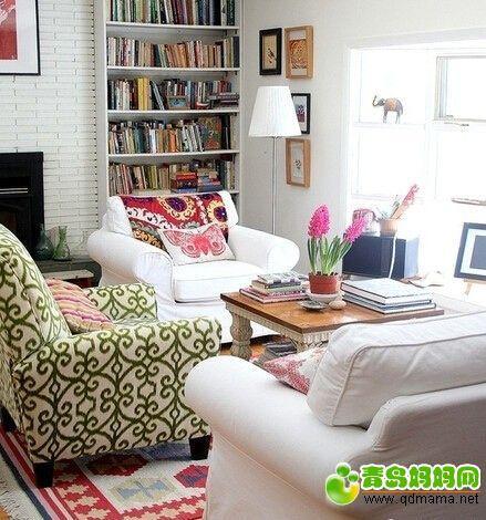 不一样颜色沙发,特别的靠垫感觉很好。地毯我们恐怕接受不了.jpg