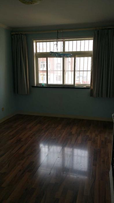 一楼次卧,儿子的房间,这里会被占用一米左右,重新垒一堵墙,楼梯口改到这里 ...