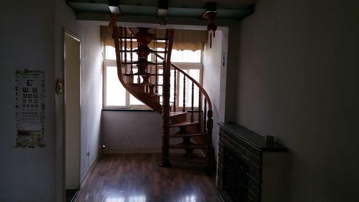 现在楼梯的位置,占了餐厅,我要改掉
