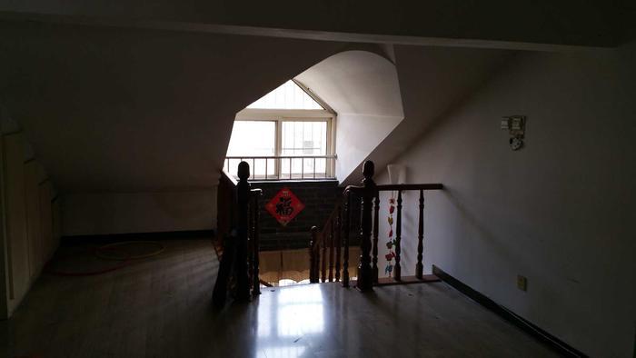 这是从二楼客厅看楼梯口,以后这里会封死,楼梯换位置