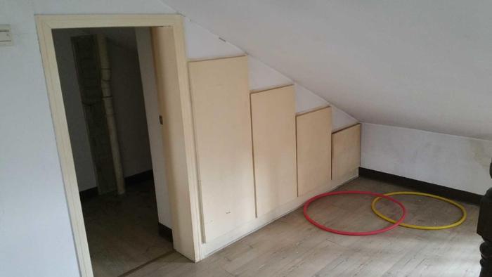 二楼厨房的位置,一个小的储藏室,因为挨着厕所,厕所又比较小,这里有下水,接上上水放洗衣机 ...