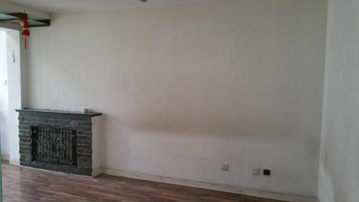 客厅,最原先的楼梯洞就在客厅与卧室墙上方,这次用这个洞再重新扩大一点,改成一个U型楼梯 ...