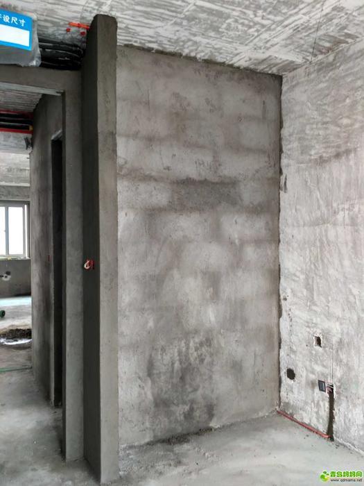 儿童房和衣帽间的墙,砌了一个墙垛,将来做通顶的薄橱