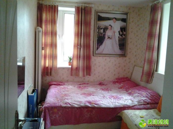 主卧。本来是我和老公的卧室,后来又让老人住了,放了沙发和电视,兼具客厅功能 ... ... ...