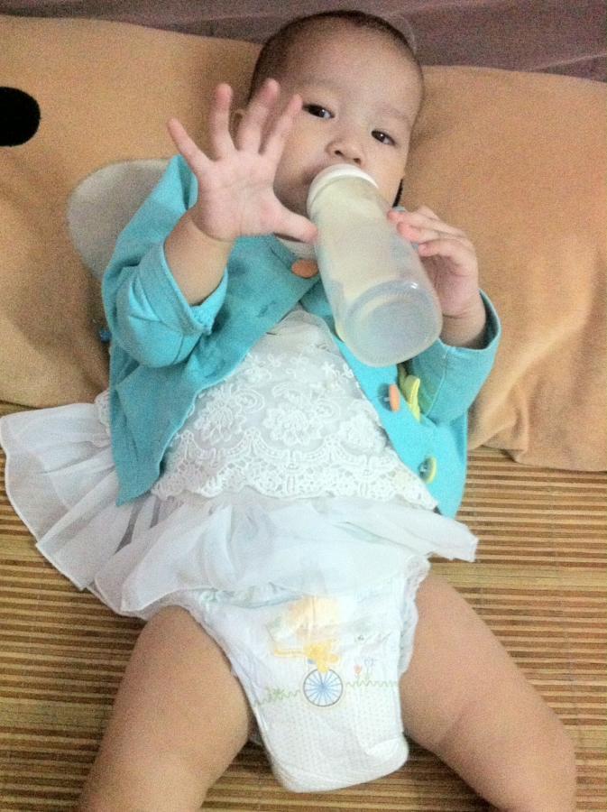这是我家宝宝穿着拉拉裤展示图,超级贴身,可爱有木有?