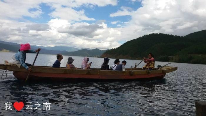 泸沽湖的猪槽船